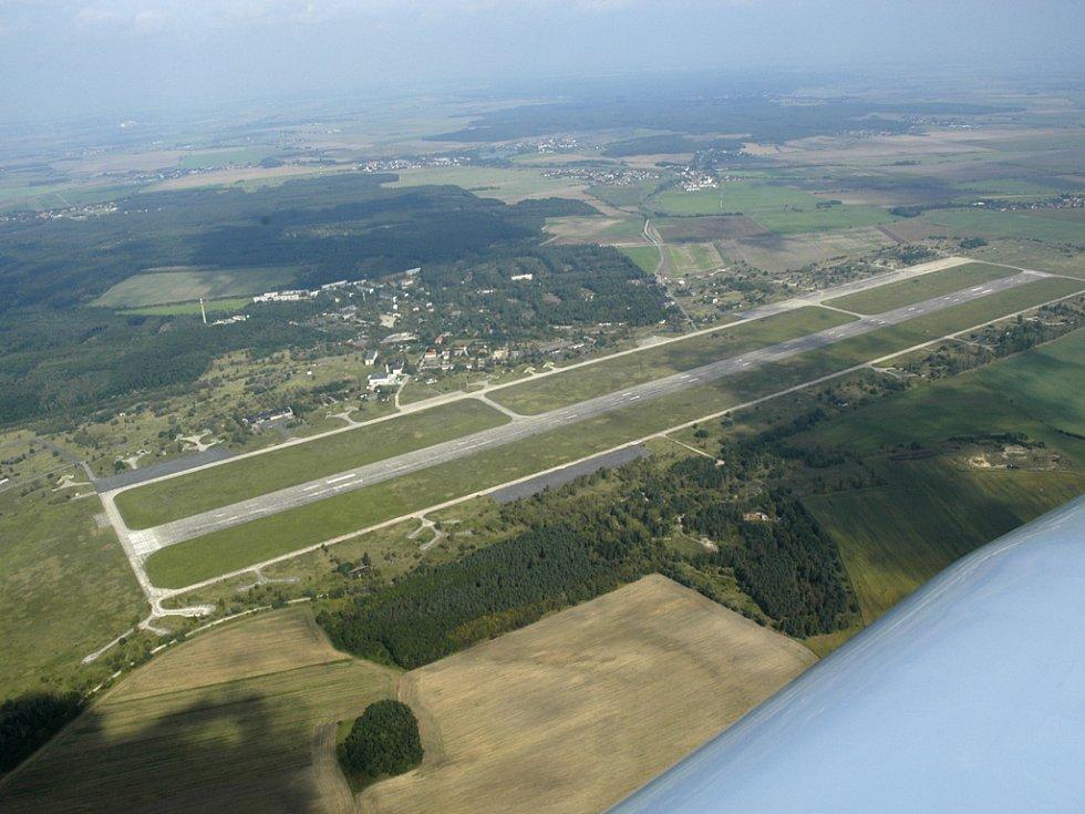 Letecký snímek letiště Boží Dar.