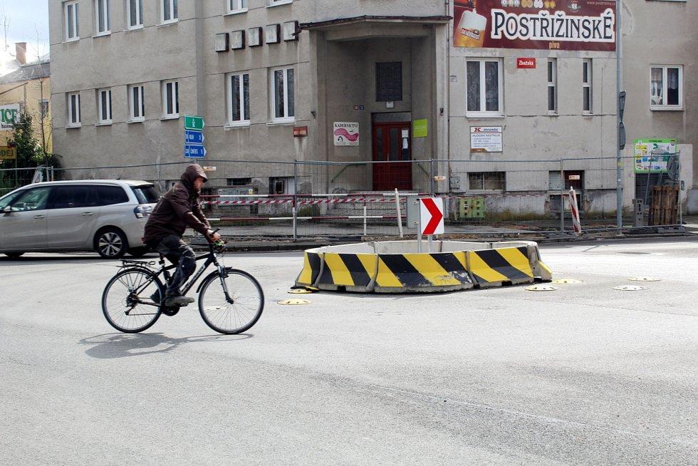 Kruhový objezd na křížení Boleslavské třídy a Zbožské ulice v Nymburce před přestavbou.