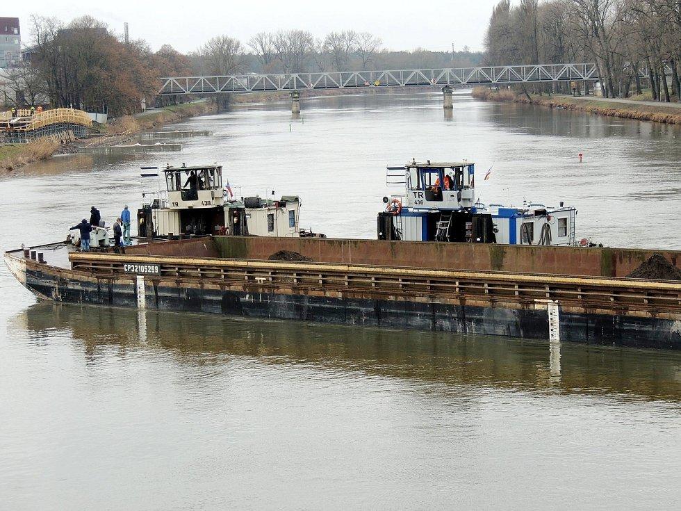 Loď se zátěží stojící v Nymburce přes celé Labe.