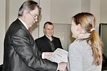 Radní Robert Bezděk předává ceny vítězům soutěže Kvíz plus.