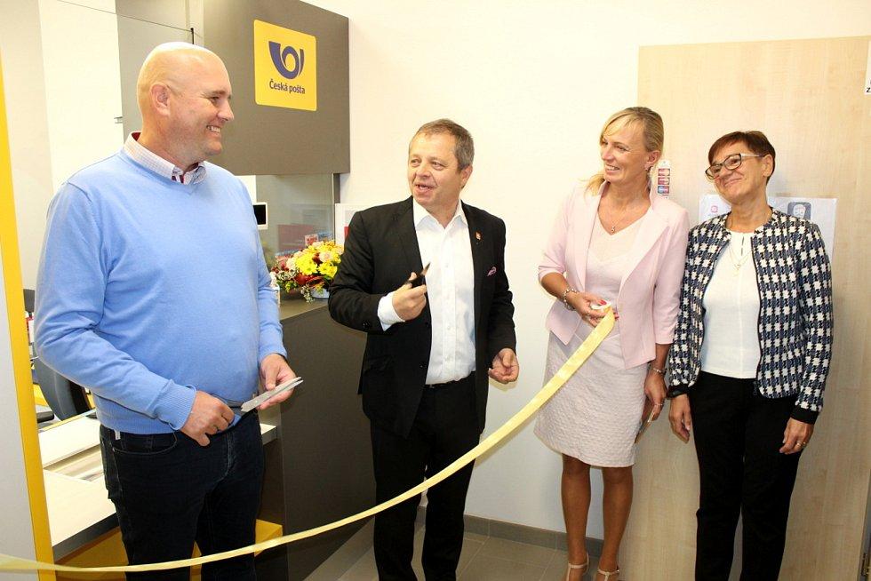 Ve velkoryse postaveném Obecním domě v Sokolči otevřeli další dva druhy služeb - poštu a knihovnu.