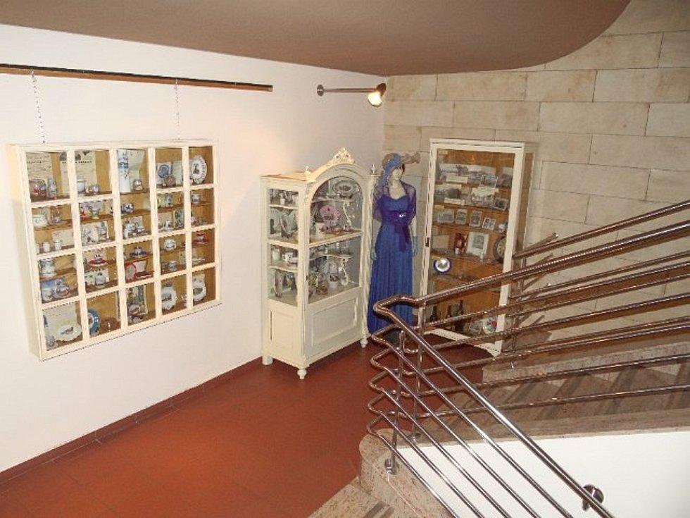 Výstava ve foyer Divadla Na Kovárně.