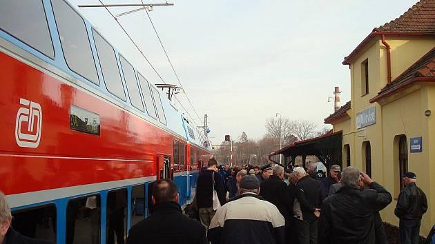 Ve čtvrtek projel historicky první vlak na elektrizované trati Lysá nad Labem - Milovice