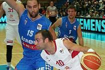 Chorvat Šime Špralja (číslo 15) je novou akvizicí klubu ČEZ Basketball Nymburk. Měl by zvýšit útočnou sílu pod košem