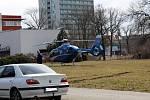 Pro dívku přiletěl záchranářský vrtulník.