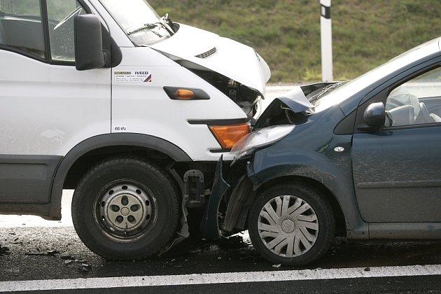 Ve středu dopoledne se srazil osobní vůz citroen s dodávkou na sjezdu z dálnice D11 u Žehuně.