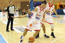 NYMBURSKÝ BASKETBALISTA Lukáš Palyza (číslo 11) nastřílel osmnáct bodů a stal se nejlepším střelcem mužstva s zápase VTB ligy proti Neptunas, které Nymburk vyhrál 84:78
