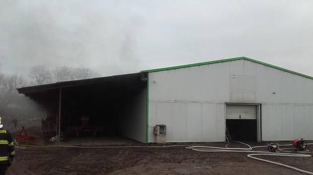 V Lysé nad Labem hořela hala s uskladněnou zeleninou.