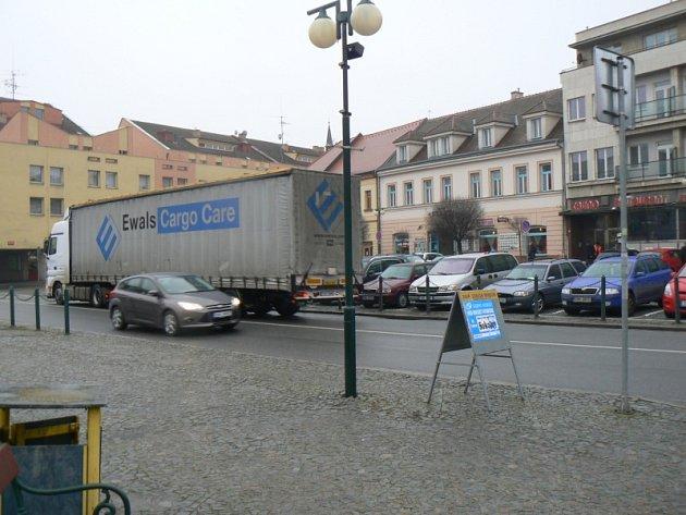 Kamiony ztěžují dopravu v centru a znečišťují ovzduší
