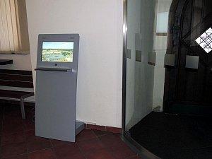 Informační kiosek ve vestibulu nymburské radnice.