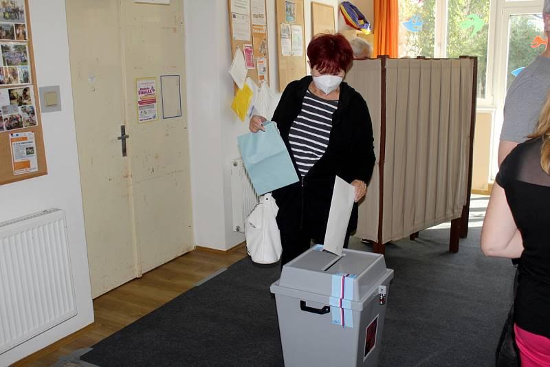 Úderem druhé odpolední odemkla zapisovatelka volební komise Michaela Semerádová volební místnost ve skautské vile Tortuga na Zálabí.