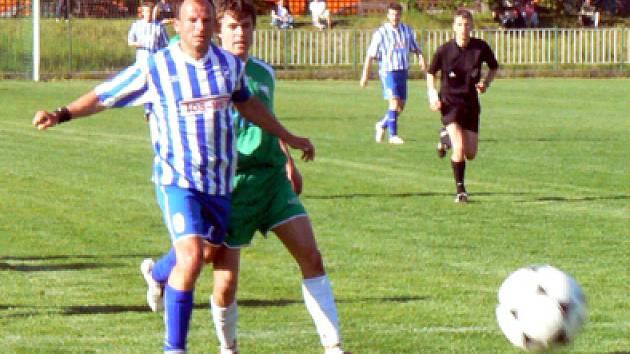 Jakub Navrátil (v zeleném) z nymburského Polabanu dostal lv posledním utkání už svoji čtvrtou žlutou kartu, a proto dostal stop na jeden zápas.