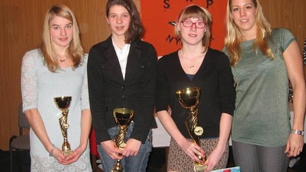 TRIO NEJLEPŠÍCH. Plavcem SKP Nymburk roku 2012 se stala Anežka Nováková (druhá zprava), stříbrná byla Michaela Frebortová (druhá zleva), bronz získala Agáta Čechová (vlevo). Spolu s nimi se vyfotila česká reprezentantka Petra Chocová