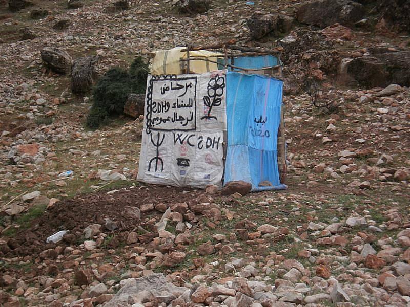 Jediný veřejný záchod u pramenů řeky Rbia.