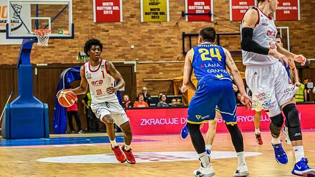 Z basketbalového utkání nejvyšší soutěže Nymburk - Opava (92:75)
