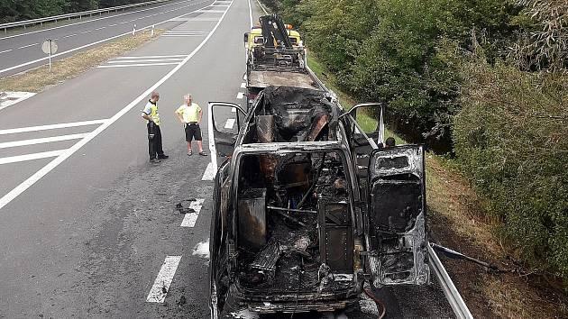 Zničená dodávka po požáru u Poděbrad.