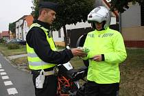 Policisté rozdávali motocyklistům  reflexní šle
