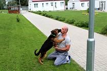Druhá část projektu Tlapka v dlani, v jehož rámci cvičí budoucí vodící psy pro nevidomé vězni z Jiřic, má za sebou úspěšné tři měsíce.