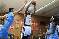 Z basketbalového utkání semifinálové série NBL Nymburk - Olomoucko (103:80)