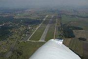 Letecký pohled na milovické letiště a okolí