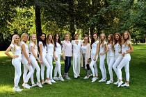 Finalistky Miss České republiky defilovaly v Poděbradech u lázeňské kolonády.