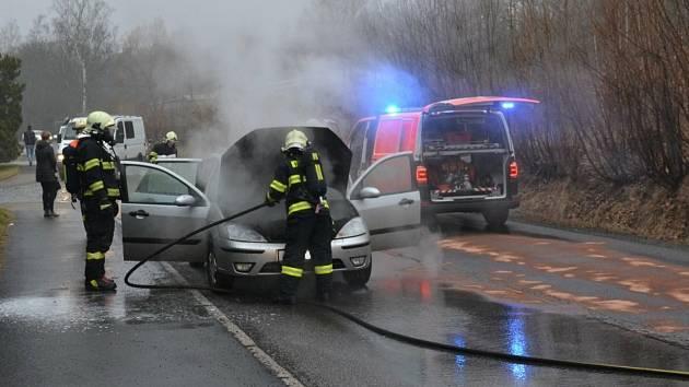 Hořící auto. Ilustrační foto.