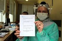 Věra Pekárková na vrátnici nymburské nemocnice s dotazníkem pro pacienty.