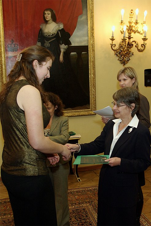 Kristýně Doušové předává bronzový diplom Britská velvyslankyně Linda Duffield