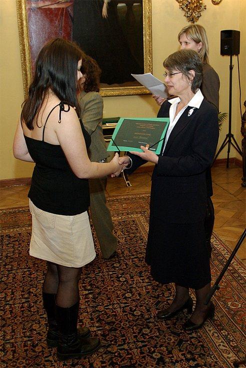Kláře Šmídové předává bronzový diplom Britská velvyslankyně Linda Duffield