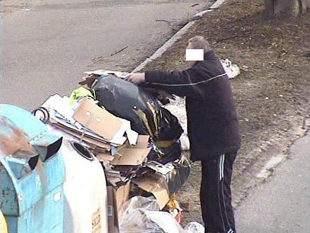 Muž odkládal odpad ze svého obchodu u veřejného kontejneru.