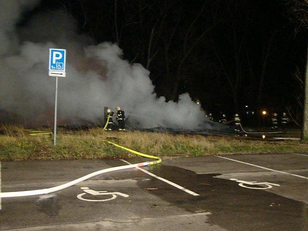 Požár zničil dřevěnou budovu za zimákem včetně autobusu a osobních aut.