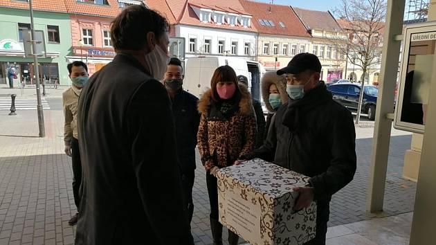Zástupci Vietnamské komunity v Poděbradech předali místostarostovi pět set ušitých roušek pro občany.