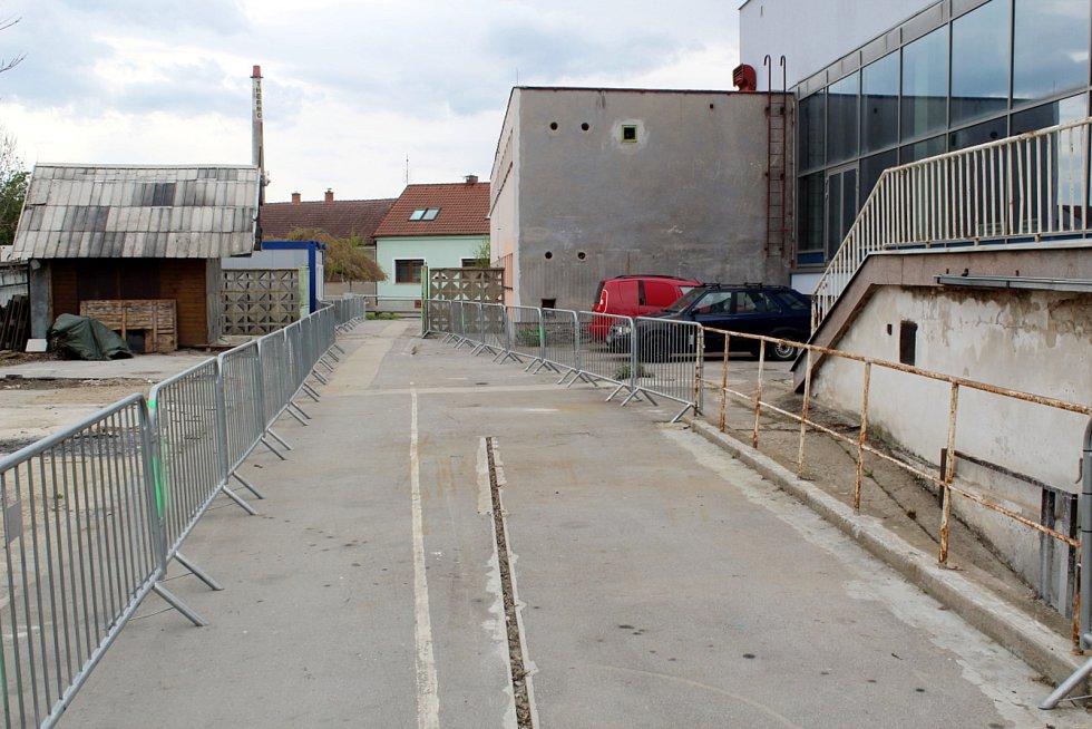 Nově zpřístupněná stezka přes bývalou tržnici, kudy se dá projít.