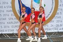 MISTRYNĚ EVROPY. Poděbradská Anna Vitoušová (uprostřed) vyhrála na evropském šampionátu v Karlových Varech spolu s Terezou Strejčkovou a Sabinou Juránkovou v triu