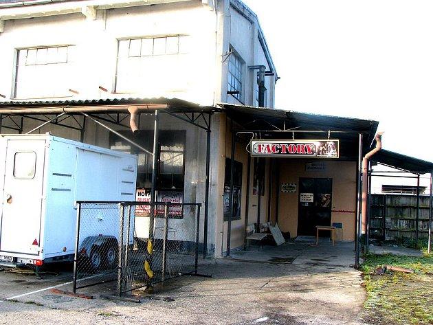 Music club Factory, z kterého vycházely později sledované mužem