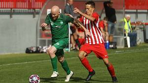Zkušený Martin Škarecký (v zeleném) hájí barvy divizního Polabanu Nymburk