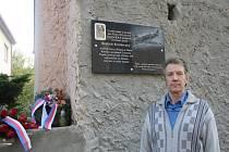 Synovec letce Bedřich Valášek před domem Krátkorukého