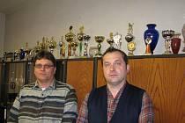 Velitel SDH Kamenné Zboží Petr Macura (vlevo) a jeho bratr a kronikář obce Pavel Macura s trofejemi.