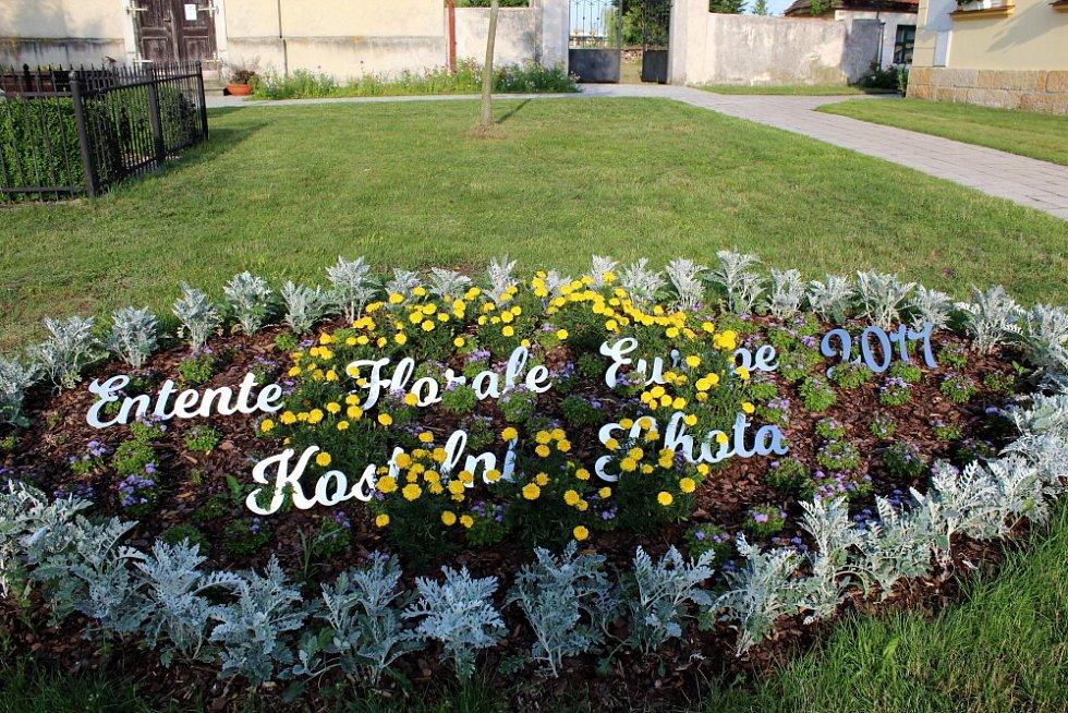 Entente Florale Europe 2017. To je název soutěže, které se aktuálně účastní Kostelní Lhota. O cenu pro Kvetoucí sídlo Evropy, jak se dá název přeložit, se uchází společně s dalšími městy a obcemi z 9 zemí Evropy.