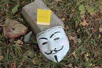 Zloděje pomohla odhalit i jeho maska Anonymouse, kterou nechal na místě po přepadení autobazaru. Ilustrační foto.