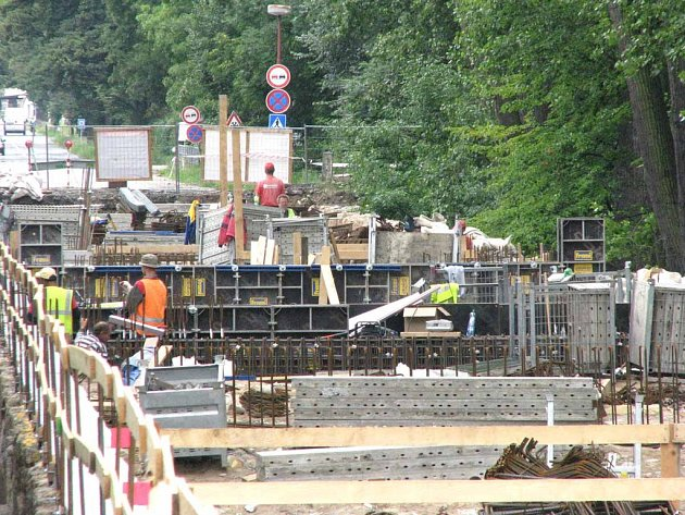 Záplavový most už má základy pro novou betonovou desku