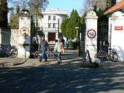 Nymburský hřbitov, hlavní brána