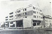 Rozestavěná budova na lyském náměstí na konci srpna 1989