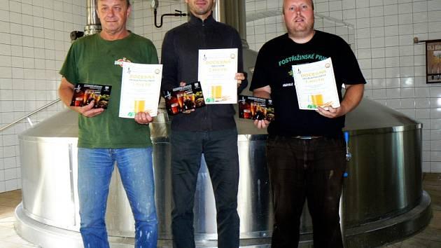 Ocenění z Žatce drží zleva sladmistr Zdeněk Bartůněk, manažer exportu Lukáš Roza a mistr výroby Karel Lovenhofer