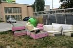 Starý nábytek odložený ve Vítkovické ulici na sídlišti.