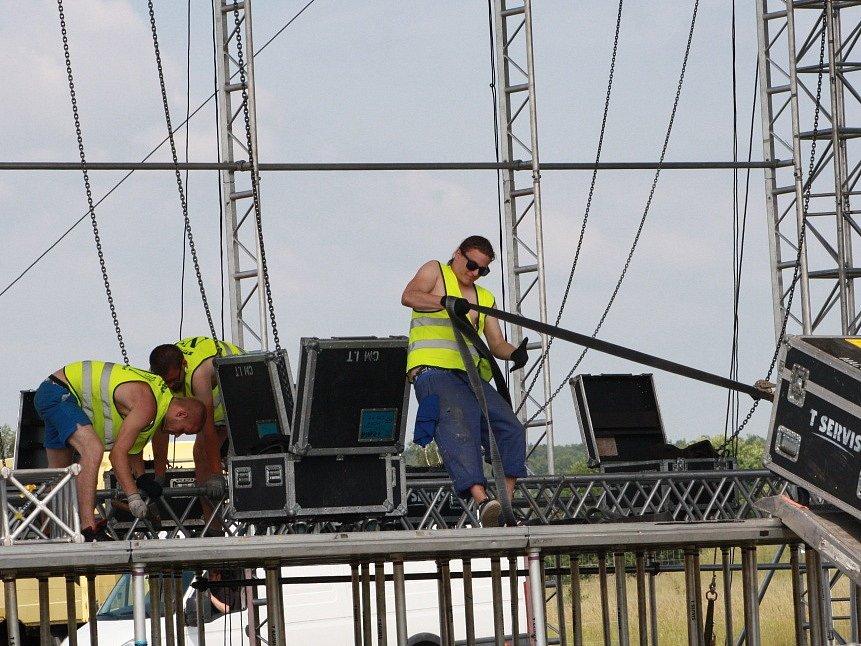 Přípravy na první festival sezony Votvírák v Milovicích vyvrcholily ve čtvrtek.
