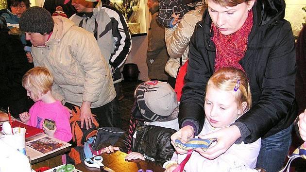 Ve vánočním skanzenu se vyráběly hračky i ozdoby.