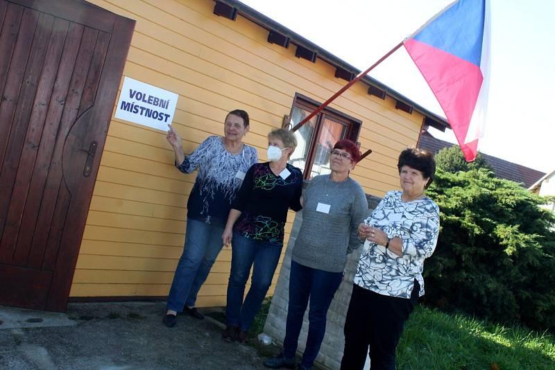 Na návsi v Beruničkách stojí malý zateplený domeček a všechny čtyři členky volební komise září spokojeností.