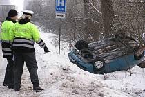 Mezi Kerskem a Sadskou vyjel vůz se silnice a skončil na střeše.