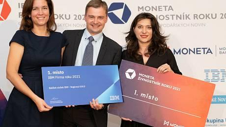 (zleva) Martina a Jan Semrádovi ze společnosti Varistar (IBM Firma roku 2021 Středočeského kraje) a majitelka oděvní značky Fashion M&M Martina Pipková Loudová (Moneta Živnostník roku 2021 Středočeského kraje)